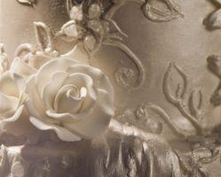 Cómo hacer Rosas de la cinta Fuera de formación de hielo de la pasta de azúcar rodada