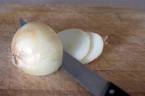 Cómo hacer anillos de cebolla en una sartén profunda