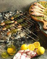 Cómo cocinar el pescado en la parrilla con la piel