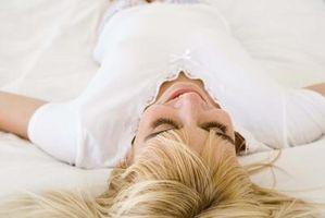 Cómo dormir en una peluca delantera del cordón