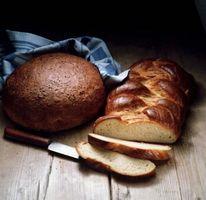 Cómo se utiliza yemas de huevo o claras en la cima del pan antes de hornear?