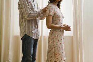 Cómo deshacer un cierre atorado en una blusa delicada