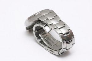 Cómo cambiar la batería en un reloj de pulsera Fossil
