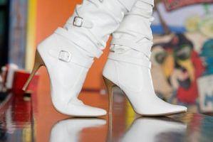 ¿Qué tipo de zapatos que se irá con una falda de tela escocesa de Brown y Negro?