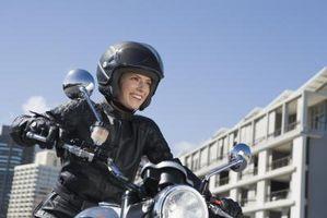 Cómo tratar el pelo con casco de la motocicleta