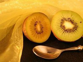 Cómo extraer la fruta de un kiwi