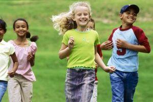 La adición de adornos para ropa de los niños '