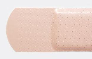 Cómo quitar el adhesivo y el yodo de la piel después de la cirugía