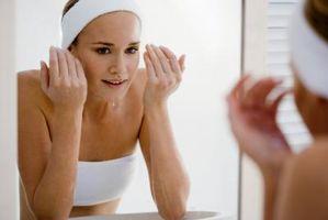 Cómo detener las bacterias que se acumulan en la piel del acné Bajo