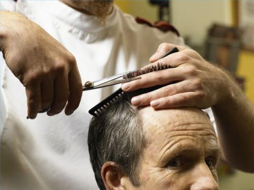 Cómo utilizar entresacar Tijeras Cuando corte de pelo masculino