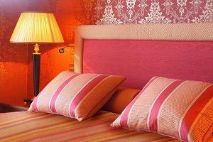 ¿Qué equipo se utiliza para mover colchones entre las habitaciones del hotel?