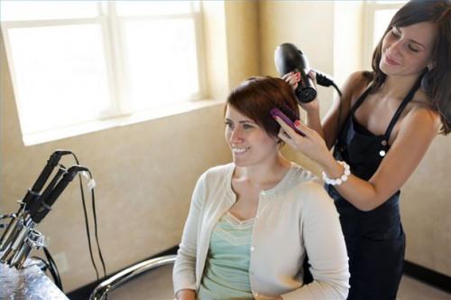 Cómo alisar el cabello con un cepillo y un secador del soplo