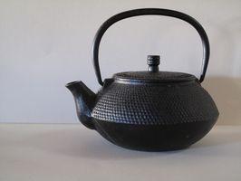 Cómo hacer té en una tetera de hierro japonesa