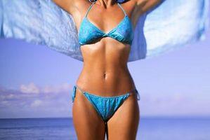 Cómo Afeitarse una línea del bikini con una máquina de afeitar eléctrica