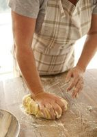 Cómo utilizar ganchos para masa en una batidora de mano