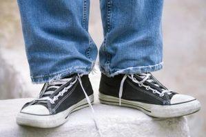 Cómo reparar las suelas de los zapatos de tenis desgastados