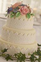 Cómo decorar galletas de azúcar en forma como las tortas de boda