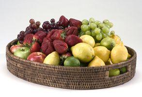 Cómo empacar una pequeña cesta de fruta