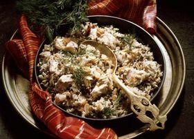 Cómo cocinar el pollo y arroz en un horno holandés