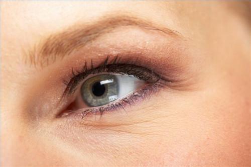 Cómo aplicar delineador de ojos ahumado