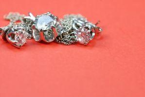 Cómo limpiar los pendientes de diamante en el Hogar