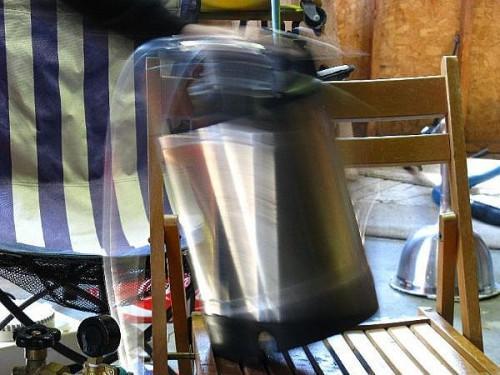 Cómo forzar carbonato y barrilete Home Brew Beer