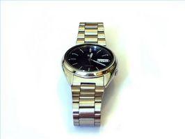 Cómo quitar los vínculos de una pulsera de reloj Seiko