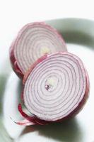 Cómo cortar una cebolla por la mitad y luego cortarlo finamente
