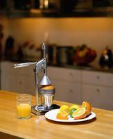¿Qué puedo usar como sustituto de jugo de naranja en un pastel de manzana?