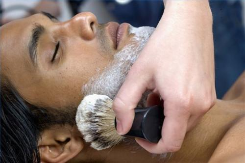 Cómo utilizar una brocha de afeitar