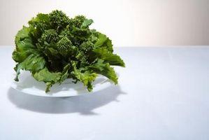 Ensalada de brócoli coliflor cebolla tocino