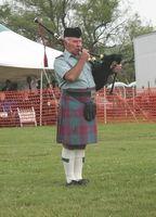 Cómo asegurar una falda con la falda escocesa prendedores