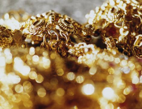 Cómo limpiar joyas de oro en el país