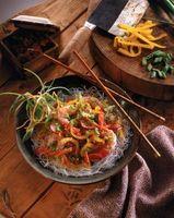 Cómo fritas al estilo chino de los fideos o tallarines de frijol de hilo