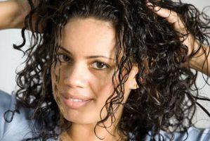 Cómo hacer pelo rizado firmemente en el cabello encrespado sin apretar