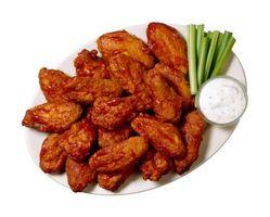 ¿Usted pone la salsa caliente en las alas antes o después de cocinarlos?