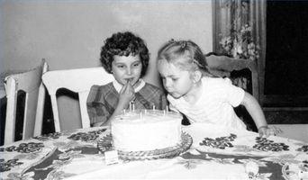 Cómo hacer un pastel de cumpleaños Hot Wheels