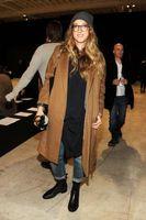 ¿Puede una mujer usar zapatos negros con los pantalones vaqueros y una camisa marrón?