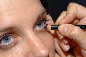 Cómo aplicar la sombra de ojo púrpura para un look ahumado