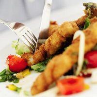 Cómo mantener la comida empanado sobre Pescado frito