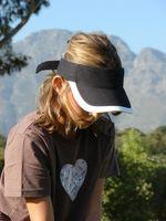 Cómo limpiar una gorra de visera para el sol