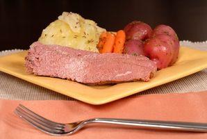 Cómo cocinar la carne en lata y col con una cazuela de barro