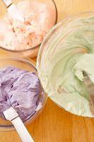 La torta de energía y herramientas Frosting