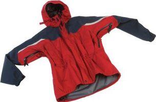 La reparación de un agujero en una chaqueta de nylon