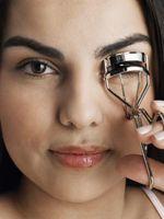 Cómo Curl las pestañas sin arruinar su maquillaje
