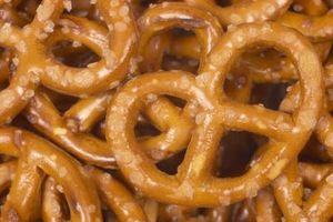 Fácil regalos de comida casera con pretzels, palomitas de maíz y chocolate