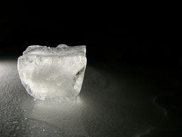 ¿Por qué la frotación de hielo en la piel para el acné?