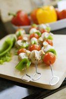 Cómo marinar pollo pinchos con piña, pimientos y cebollas