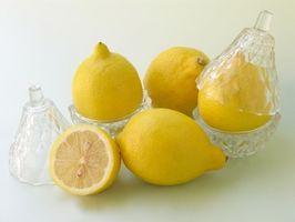 El vinagre y el jugo de limón mezcla como un enjuague para el cabello
