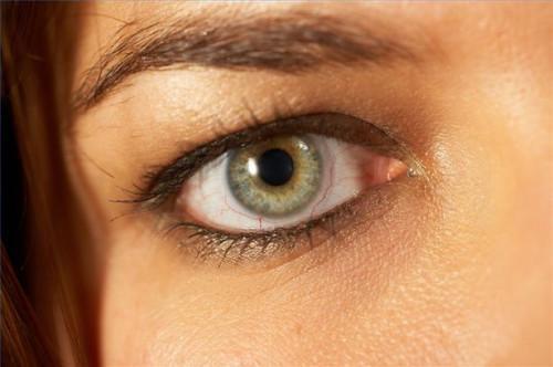 Cómo usar la sombra de ojo con los ojos pardos